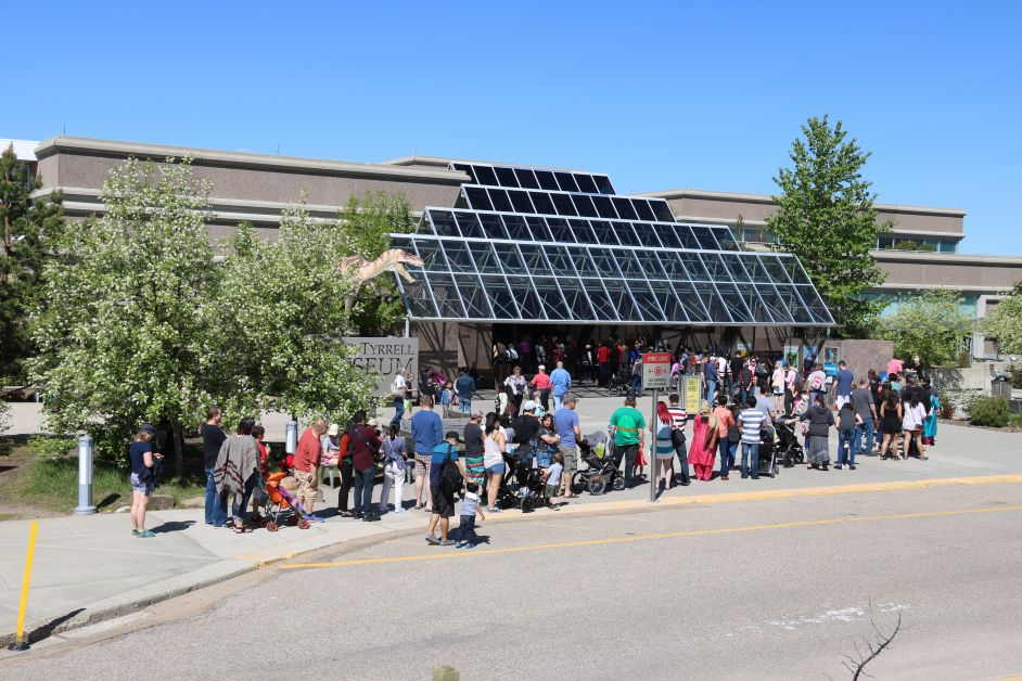 It was commonplace this season to see visitors to the Royal Tyrrell Museum lined up to enjoy the exhibits. mailphoto by Patrick Kolafa